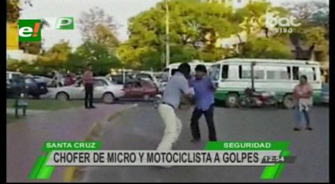 Santa Cruz: Chofer de micro se agarra a golpes con motociclista