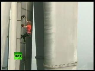 'Hombre araña' sube al edificio de acero más alto del mundo