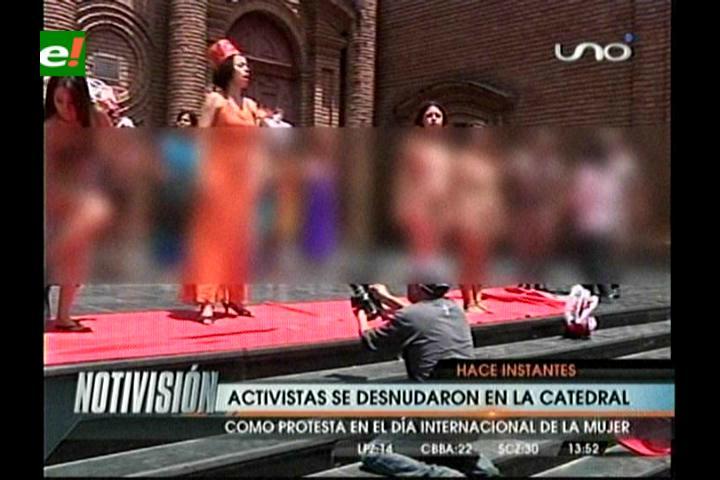 Activistas se desnudan en las puertas de la Catedral de Santa Cruz