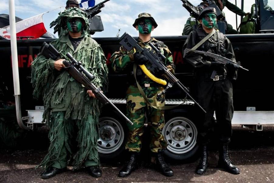 Miembros del ejército venezolano en un desfile militar en Tumeremo, estado Bolívar, a 90 km de la frontera con Guyana, en julio. FEDERICO PARRA AFP/Getty Images