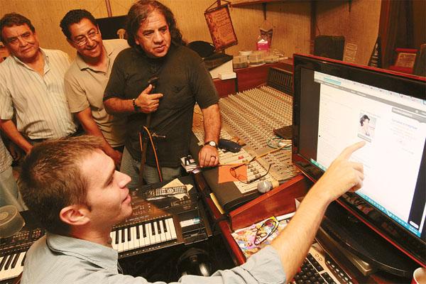 Danilo Casati, responsable de la página, se reunió con varios artistas locales para mostrar su trabajo