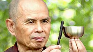 Para el maestro budista Thich Nhat Hanh, cultivar la felicidad es como andar en bicicleta.