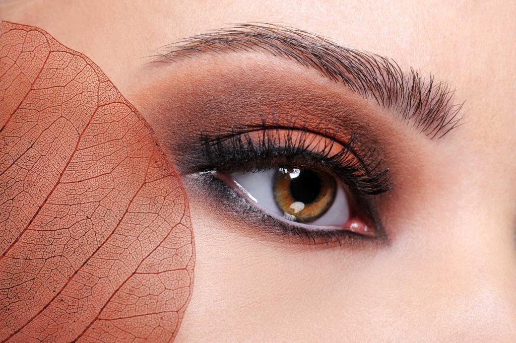 El pulido láser de la persona a las cicatrices del acné
