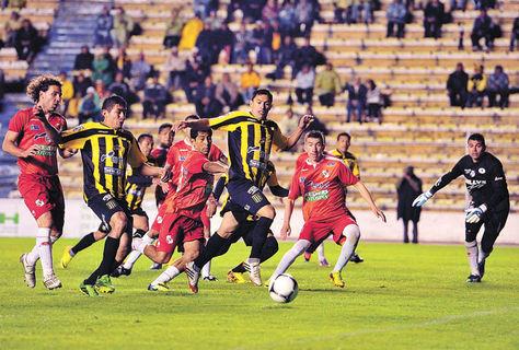 Ataque. Un intento del Tigre con Parada (centro) y Jiménez ante una poblada defensa de Nacional.