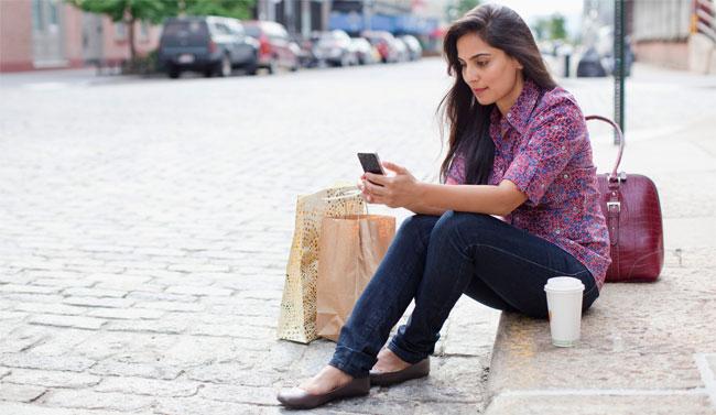Chica usando el móvil