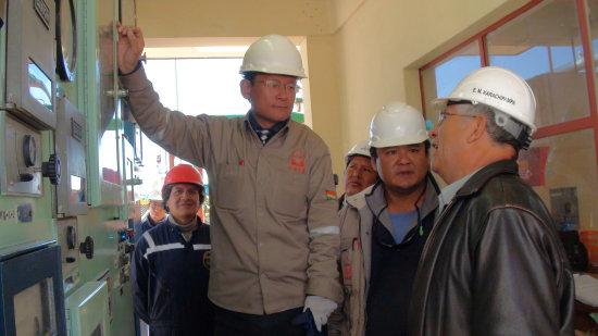 Técnicos chinos y el ministro Virreira en la planta Karachipampa.