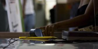 Hasta una hora de cola hacen en Maracaibo para registrarse en la cazahuellas