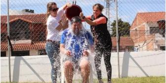 Samuel se suma a la campaña del baldazo de agua helada