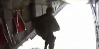 México: ¡Terror aéreo! Militar se atora al saltar de un avión