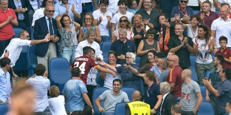 Roma: Alessandro Florenzi se metió hasta la tribuna para festejar con su abuela