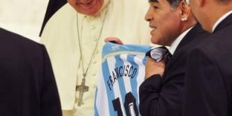 """Maradona: """"Este Papa es humano, al otro le tuve que besar el anillo"""""""