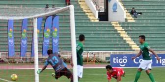 Universitario se impone a Petrolero en un partido lleno de goles