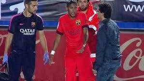 Neymar se enfada con el médico del Barcelona