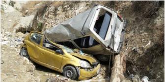 Minibús choca dos vehículos y ocasiona doble embarrancamiento