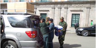 Campaña: Gorras y prendas del gobiernista MAS entran y salen desde el Palacio de Gobierno