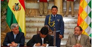 Presidente firma decreto para dar 100 becas de post grado a profesionales bolivianos
