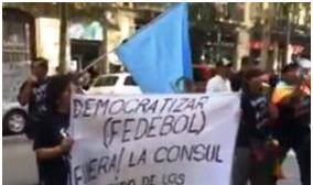 Bolivianos instalan huelga indefinida en Barcelona en demanda de la renuncia de la cónsul