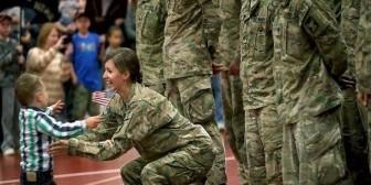 Niño rompe protocolo militar para correr a los brazos de su mamá
