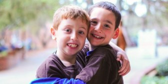 El niño que consiguió US$850.000 para ayudar a su amigo con una rara enfermedad