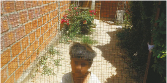 Inhumano: Rescatan a niña que tenían encerrada como un perrito
