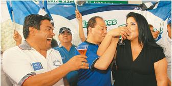 """El MAS recibe con champán a """"tránsfugas"""""""