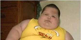 Niño de tres años pesa 70 kilos y los padres están desesperados por salvar a su hijo