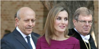 Sorprenden a ministro español mientras miraba el trasero de la reina Letizia