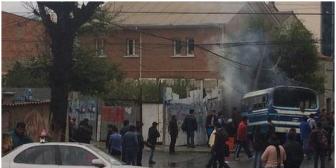 Un micro choca, se incendia y deja al menos 24 heridos en La Paz