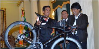 Presidente entrega al pedalista boliviano Óscar Soliz una bicicleta valuada en $us 9.000