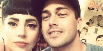 El novio de Lady Gaga llora cuando ella canta