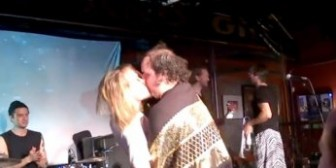 Macaulay Culkin besó apasionadamente a un hombre en medio de un concierto
