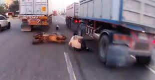 Motociclista se salva por un pelo de ser atropellado por un camión luego de caerse