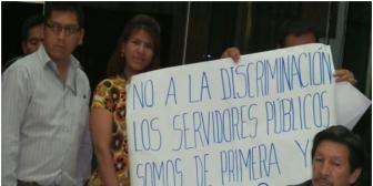 Trabajadores eventuales de Legislativo boliviano exigen doble aguinaldo