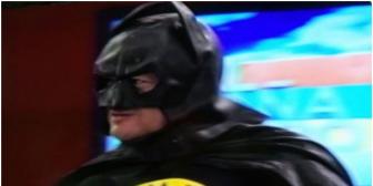 Johnny Fernández se viste de Batman para pagar una apuesta