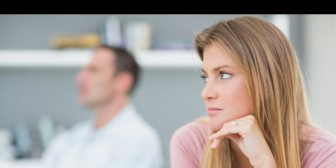 4 señales de que tu pareja aún no ha superado a su ex