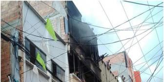 Un incendio de magnitud afecta a edificio en zona comercial de La Paz
