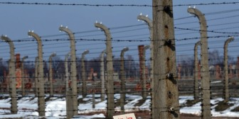 Polémica después de que líder judío se quedó encerrado en Auschwitz