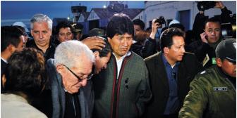 Evo llora en emotivo recibimiento a restos de Villegas, presidente de YPFB