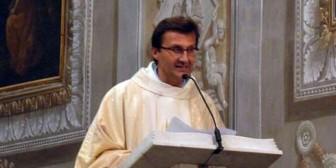 En plena misa este sacerdote dijo: Dejo la sotana porque voy a ser padre