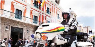 Militares desplazan a policías y se encargan de la seguridad de Evo Morales y del vice García