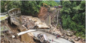 Cierran por tres días vía Santa Cruz-Cochabamba tras caída de puente y la muerte de un chofer