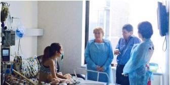 Bachelet cambia de agenda y visita a menor que pide la eutanasia