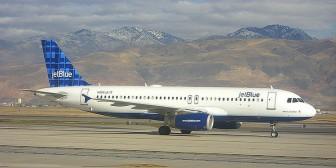 Un piloto que enloqueció durante un vuelo exige recompensa millonaria de la aerolínea