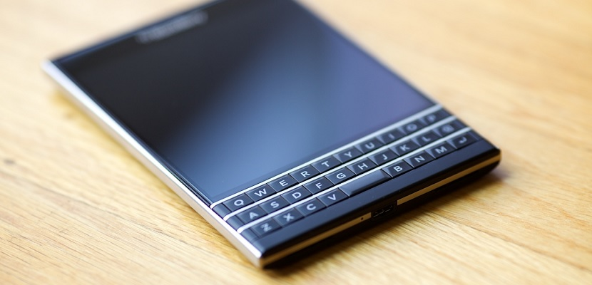 BlackBerry presentó de forma oficial hace no demasiados meses sus nuevos BlackBerry Passport y Classic, dos dispositivos que ofrecían algo revolucionario y algo muy parecido a lo que pudimos ver en el pasado y que tanto éxito tuvo. La Passsport con su extraño diseño despertó muchos comentarios y la Classic muchos aplausos por ofrecer al mercado un dispositivo a la antigua usanza. Sin embargo la apuesta parece que no le ha salido nada bien a la compañía de origen canadiense y es que en lo que llevamos de año tan sólo ha conseguido vender 8.000 unidades ambos dispositivos, una cifra