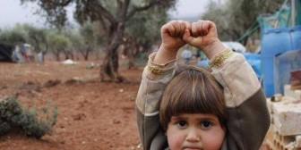 Niña siria se rinde ante una cámara al confundirla con una pistola