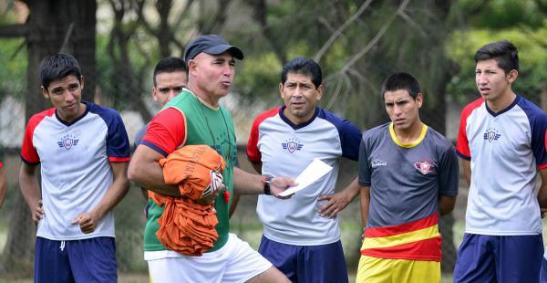 Manuel Llop dando indicaciones durante el entrenamiento con sus dirigidos en la ciudad valluna