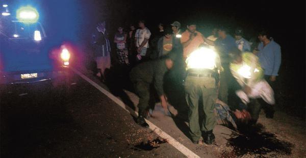 Los vecinos y ocasionales transeúntes retiran de la carretera el cuerpo de uno de los accidentados anoche cerca de Sausalito