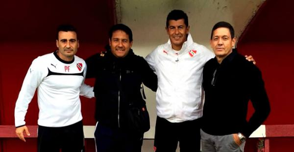 El entrenador de Bolivia Mauricio Soria y parte de su cuerpo técnico visitó a Jorge Almirón (tercero de izquierda a derecha) DT de Independiente de Avellaneda en Argentina