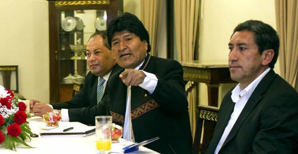 El presidente del Estado, Evo Morales (izq), con el Ministro de Deportes, Tito Montaño (dcha) en una conferencia de prensa