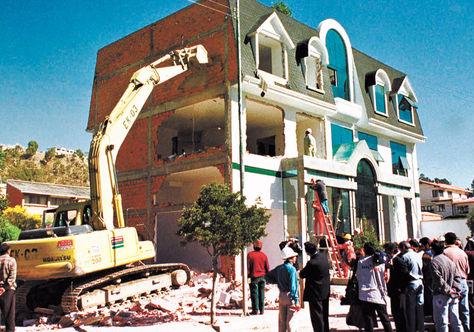 Operativo. Obreros de la Alcaldía echaron abajo la propiedad de Juan Brun en mayo de 2000.